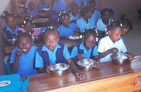 repas dans une classe à Léogane